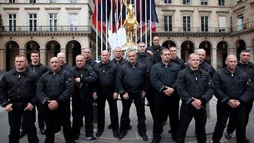 Les JNR en 2011 devant la statue de Jeanne D'Arc, à Paris. Serge Ayoub (neuvième à partir de la gauche) est leur fondateur.