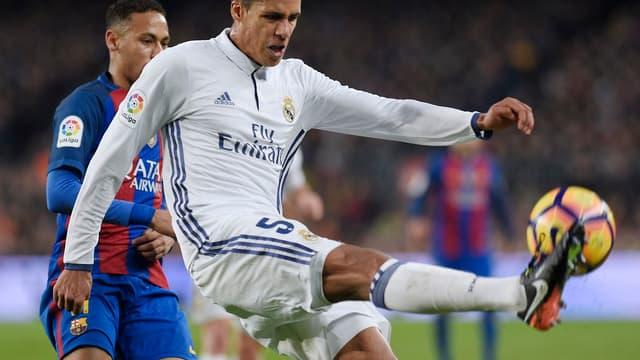 Raphaël Varane a disputé vingt matches de Liga cette saison avec le Real Madrid, dont le clasico au Camp Nou (1-1), devant Neymar.