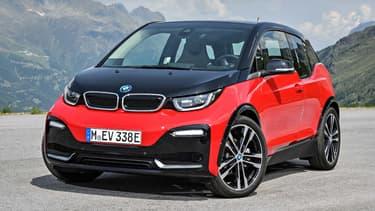 Nouveau design extérieur, puissance légèrement à la hausse, BMW veut jouer de son identité sportive pour relancer la carrière de sa citadine électrique. Voici la i3s.