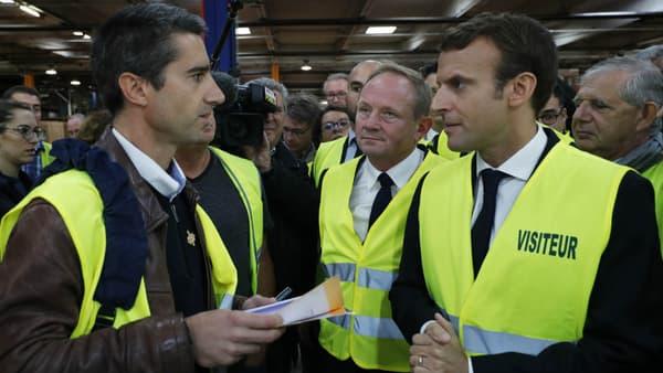 Emmanuel Macron, avec le député France Insoumise François Ruffin, lors de la visite de l'usine Whirlpool d'Amiens en octobre 2017.
