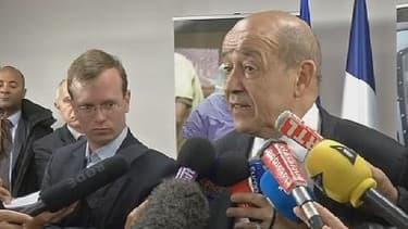 Jean-Yves Le Drian à l'issus de son discours devant quelque 200 hauts responsables civils et militaires réunis à l'Ecole militaire, le mardi 15 avril à Paris