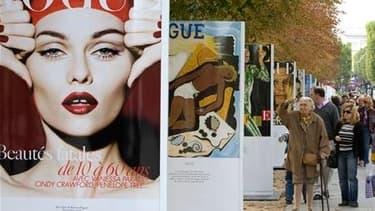 Exposition organisée par Vogue sur les Champs-Elysées en octobre dernier. Un an plus tard, en pleine semaine du prêt-à-porter féminin, l'édition parisienne, référence dans le domaine de la mode, fête ses 90 ans, un long parcours qui a accompagné la libéra