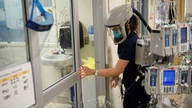 Une infirmière équipée d'un respirateur dans une unité de soins intensifs de l'hôpital Martin Luther King Jr., le 6 janvier 2021 dans le comté de Los Angeles en Californie (Etats-Unis)