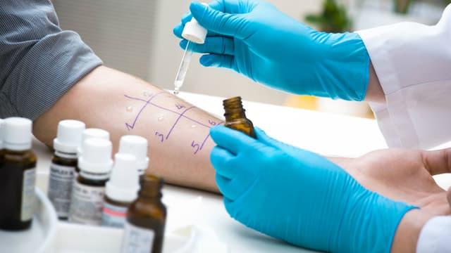 Lorsqu'un ou deux allergènes sont responsables de manifestations allergiques gênantes, l'allergologue peut proposer à son patient une désensibilisation.