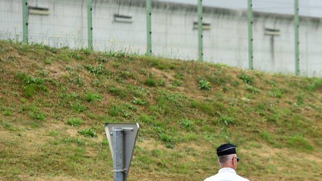 Un policier devant la prison du Mans le 4 août 2016