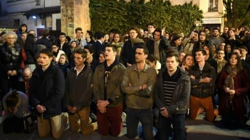 Chants et prières pendant que Notre-Dame brûle, à Paris, le 15 avril 2019