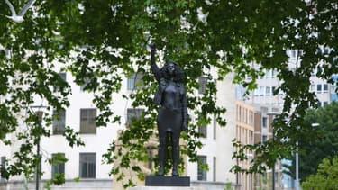 Une statue de l'artiste britannique Marc Quinn représentant une manifestante de Black Lives Matter a remplacé à Bristol en Angleterre le 15 juillet 2020 celle d'un ancien marchand d'esclaves avant d'être retirée le lendemain