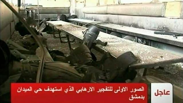 Bus endommagé par une explosion à Damas. Un attentat suicide à Damas a fait 25 morts et 46 blessés, selon la chaîne de télévision Addounia TV. /Image diffusée le 6 janvier 2012/REUTERS/SYRIAN TV via REUTERS TV