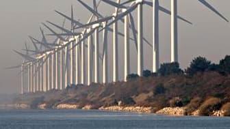 Eoliennes près de Port-Saint-Louis-du-Rhône, dans les Bouches-du-Rhône. Les députés ont adopté le volet éolien du projet de loi Grenelle II vendredi, créant un ensemble d'obligations à respecter pour construire de nouvelles éoliennes en France. /Photo d'a
