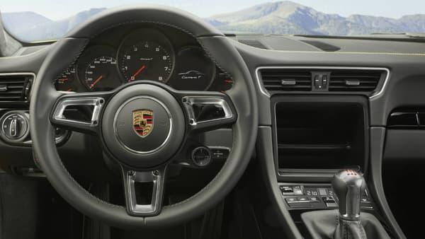 Volant sport GT, mais pas d'écran dans cette 911 T. L'allègement est la priorité du constructeur allemand.