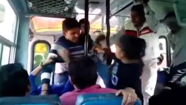 La vidéo de l'agression de deux sœurs dans un bus en Inde a fait le tour du monde.
