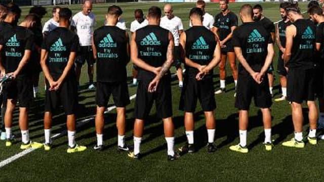 Les joueurs du Real, autour de leur coach Zinedine Zidane, rendent hommage aux victimes de l'attentat de Barcelone.
