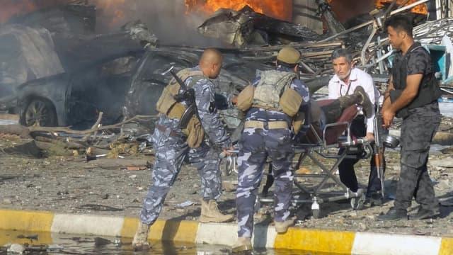 Evacuation d'un blessé après un attentat dans la ville de Kirkouk en Irak le 23 août 2014.