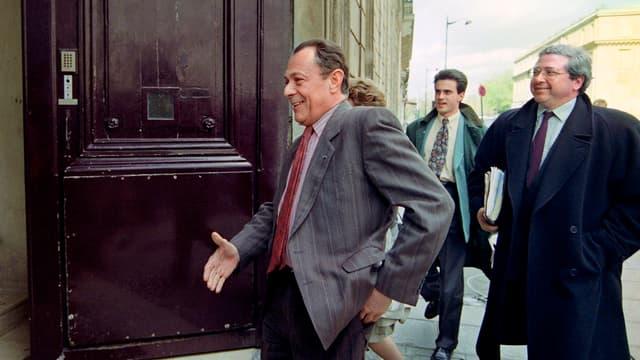 Manuel Valls, au troisième plan derrière Jean-Paul Huchon, dans les pas de Michel Rocard en 1993 au siège du PS, rue de Solférino à Paris