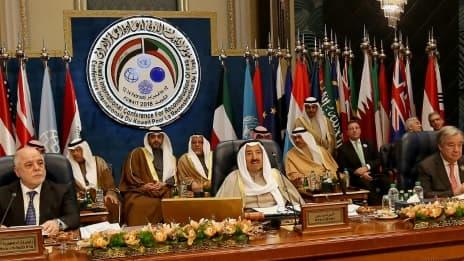 Le Premier ministre irakien Haider al-Abadi (à gauche), l'émir du Koweït cheikh Sabah Al-Ahmad Al-Sabah (au centre) et le secrétaire général des Nations unies Antonio Guterres lors de la conférence internationale sur la reconstruction de...