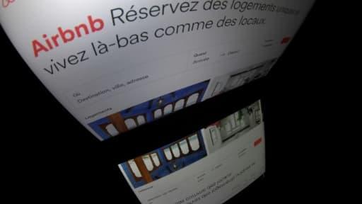 Dès vendredi les annonces de location de logements sur Airbnb et ses concurrents à Paris devront afficher un numéro d'enregistrement, obtenu en mairie, nouvelle étape dans la traque des meublés touristiques illégaux