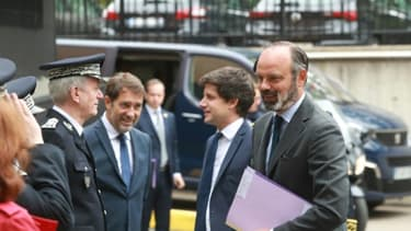 Le Premier ministre Edouard Philippe (d), accompagné par les ministres de l'Intérieur Christophe Castaner (2e g) et du Logement Julien Denormandie (2e d), rencontre le directeur général de la Police nationale, Frédéric Veaux (g), le 9 ju...