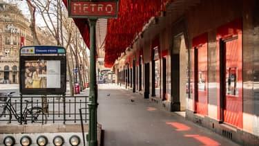 Ces grands magasins parisiens avaient été fermés au public jusqu'au 10 juillet par la préfecture de police de Paris, en application de la décision gouvernementale empêchant les centres commerciaux de plus de 40.000 m2 de rouvrir en Ile-de-France