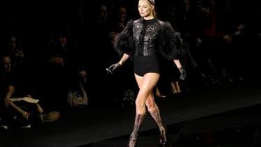 Le top-model britannique Kate Moss présente une création de la collection de l'hiver prochain de Louis Vuitton, vouée aux obscurs objets du désir. /Photo prise le 9 mars 2011/REUTERS/Benoît Tessier