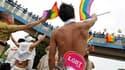 Quatre mille homosexuels ont défilé samedi dans les rues de Tokyo pour la septième Gay Parade organisée au Japon, la première depuis trois ans. /Photo prise le 14 août 2010/REUTERS/Kim Kyung-Hoon