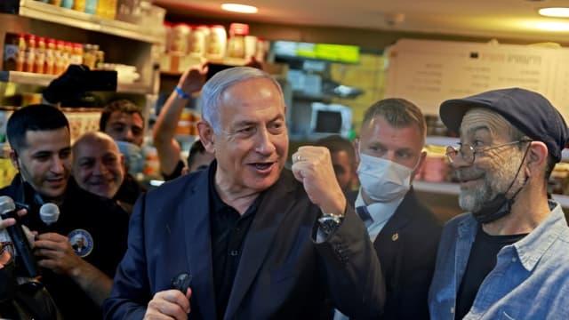 Le Premier ministre israélien Benjamin Netanyahu (Centre), s'adresse à ses partisans du Likoud sur le marché Mahane Yehuda à Jérusalem le 22 mars 2021, à la veille de la quatrième élection législative en deux ans.