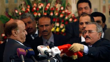 """Le nouveau président yéménite Abd-Rabbou Mansour Hadi (à gauche) a officiellement pris ses fonctions lundi des mains de son prédécesseur Ali Abdallah Saleh (à droite). Il déclaré que le Yémen traversait """"une phase complexe et difficile"""" après 33 ans de po"""
