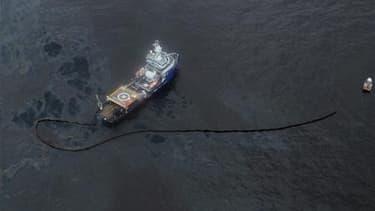 Bateau participant aux efforts pour endiguer la marée noire dans le Golfe du Mexique. Le groupe pétrolier BP réfléchit à de nouveaux moyens d'endiguer la marée noire en Louisiane après l'échec de sa solution la plus prometteuse, la mise en place d'un dôme
