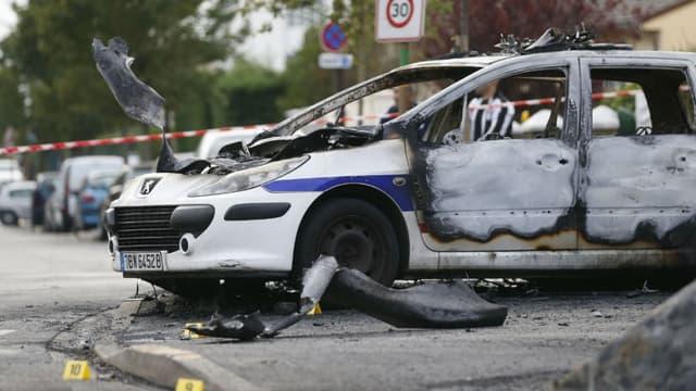 Une voiture de police incendiée à Viry-Châtillon