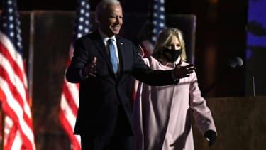 Le candidat démocrate Joe Biden et sa femme Jill arrivent devant leurs supporteurs à Wilmington, le 4 novembre 2020