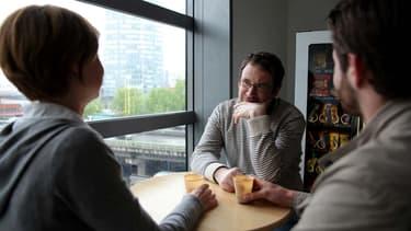 Prendre le temps d'échanger avec ses équipes, autour d'un café, permet au final de renforcer leur motivation.