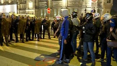 Plusieurs jeunes sont venus casqués, pour exprimer leur colère après la mort du jeune opposant Rémi Fraisse, dans le Tarn, après un jet de grenade fatal de la part des gendarmes.