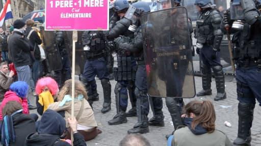 Les manifestants face aux CRS, ce dimanche après-midi.