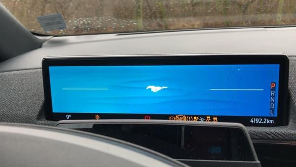 Contrairement à la Model 3 et au Model Y (futur concurrent du Mach-E en Europe), on retrouve un deuxième petit écran derrière le volant.