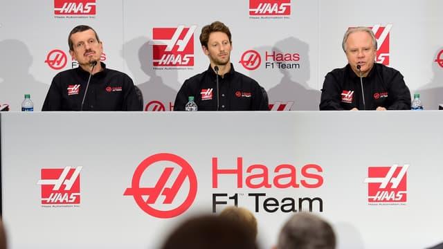 Romain Grosjean entouré de Gunther Steiner, team manager de Haas (à d.), et Gene Haas, propriétaire de l'écurie américaine