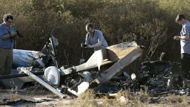 Trois experts du Bureau enquête analyse (BEA) enquête sur les lieux du crash des deux hélicoptères en Argentine.