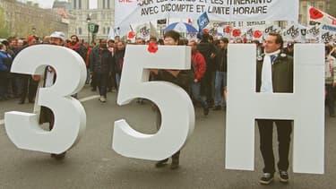 Emmanuel Macron est favorable à l'assouplissement des 35 heures qui ont été mis en place dans les années 2000.
