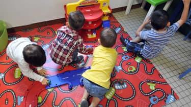 Des enfants jouant dans une salle de classe