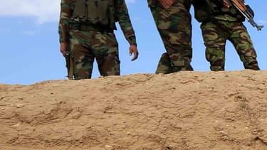 Un homme inspecte un charnier découvert par des forces kurdes en Irak,  et contenant des restes de membres de la communauté yézidie massacrés par Daesh, en février 2015.