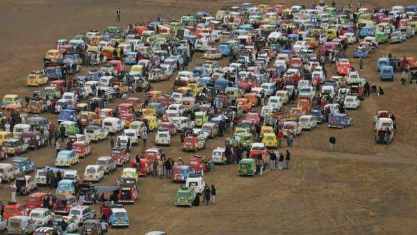 Des centaines de participants du 4L Trophy au Maroc.
