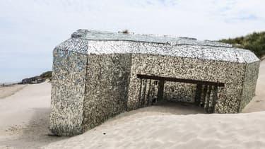 Le blockhaus miroir de l'artiste Anonyme, sur la plage de Leffrinckoucke (Nord)