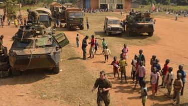 Des soldats français montent la garde pendant que des musulmans trouvent refuge dans une église, à Boali, dimanche 19 janvier.
