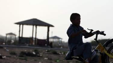 Un petit garçon à vélo à Chabahar, en Iran, en 2015 (image d'illustration)