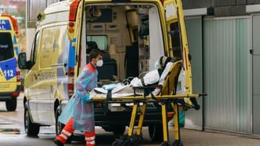 Un infirmier pousse le brancard d'une femme à l'intérieur de l'hôpital de Burgos (Espagne), le 21 octobre 2020