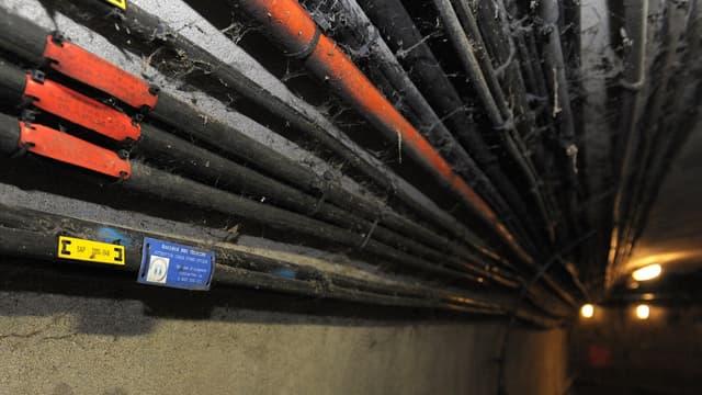 Des câbles de fibre optique dans les égouts de Paris.