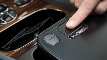 Ouvrir son vide-poche avec son empreinte digitale, c'est désormais possible dans le Bentayga.