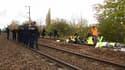 Un convoi transportant des déchets radioactifs à destination de l'Allemagne a quitté vendredi le terminal ferroviaire du groupe nucléaire français Areva à Valognes (Manche). Peu après son départ, le convoi a été bloqué près de Caen (Calvados) par quelques