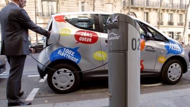 Les 6.100 bornes de recharge du service d'autopartage de voitures électriques de Bolloré ne sont plus alimentées en électricité d'origine renouvelable par EDF mais par Direct Énergie.