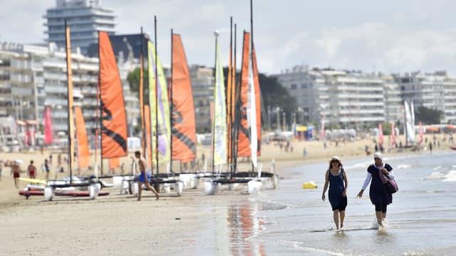 """Les professionnels, qui emploient 30 à 50 permanents et 500 saisonniers, dénoncent eux une """"privatisation"""" de la plage."""