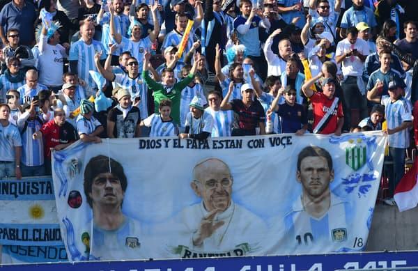 Les supporters de foot argentins affichent fièrement leur amour pour Leo Messi, Diego Maradona et le pape François