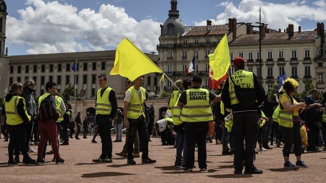 Des gilets jaunes sur la place Bellecour à Lyon
